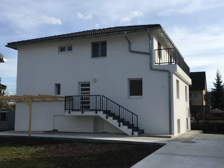 Einfamilienhaus – 7.5 Zimmer, 3 Balkone, Carport und Garten – Schlieren